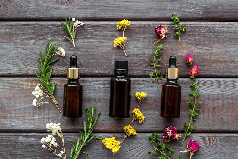 小さい花たちとアロマオイルの瓶