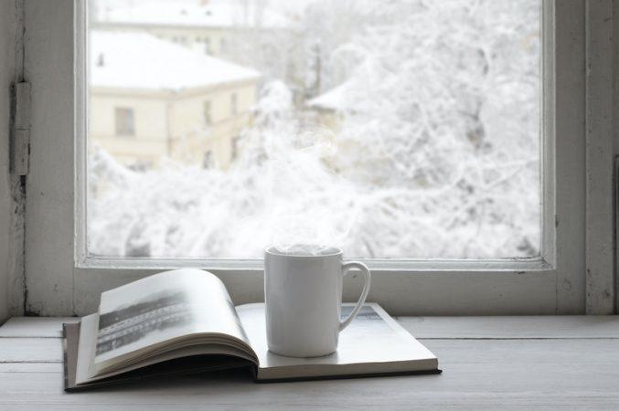 雪景色とカップと本