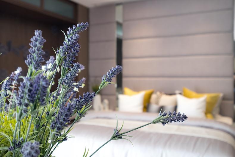 ラベンダーのお花とベッドルーム