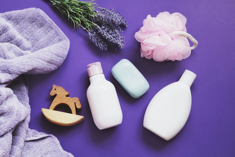 紫の壁紙とスキンケア用品