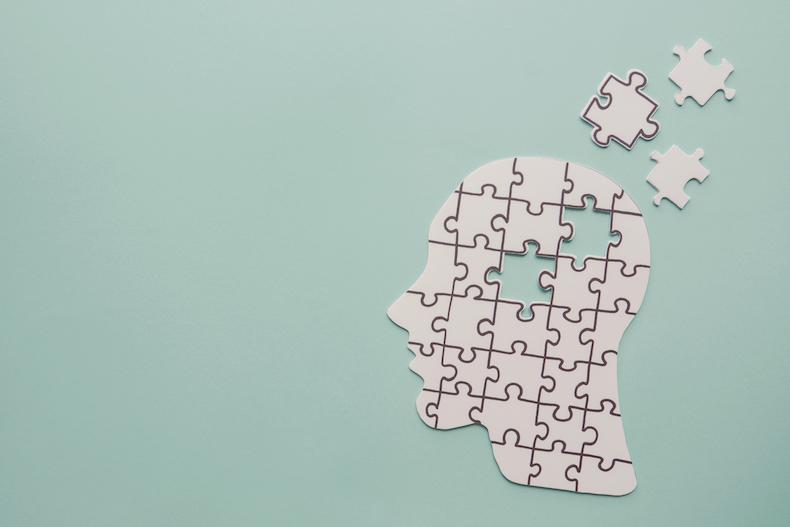 パズルとミントグリーンの背景