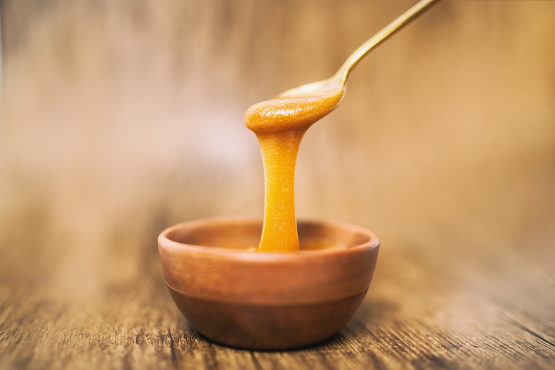 Manuka honey and spoon